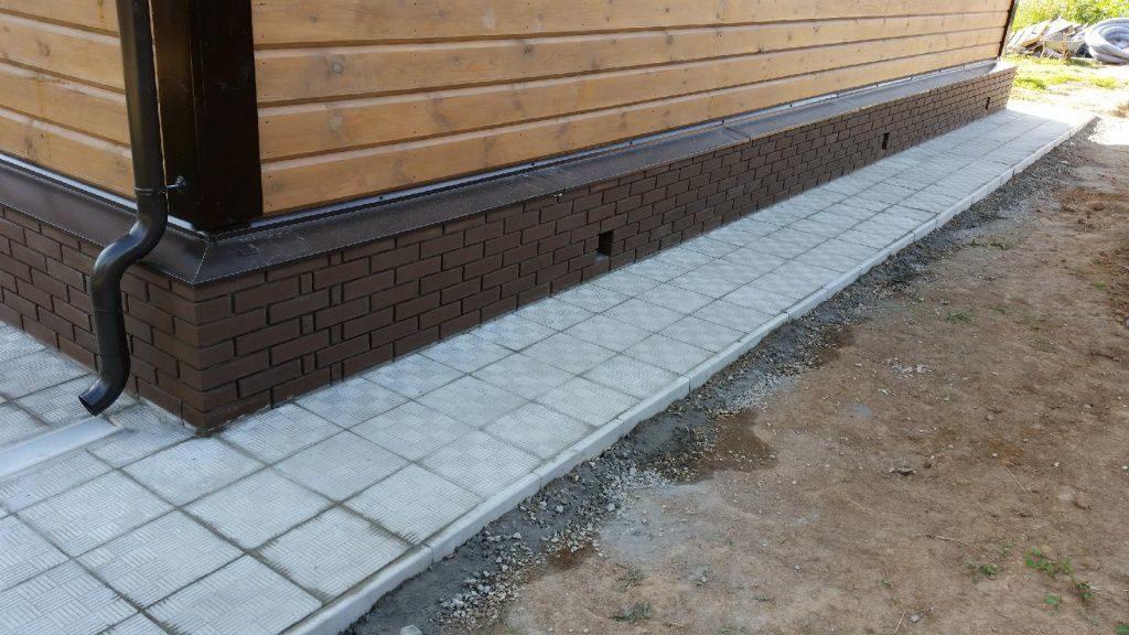 Відмостка з бетонної бруківки